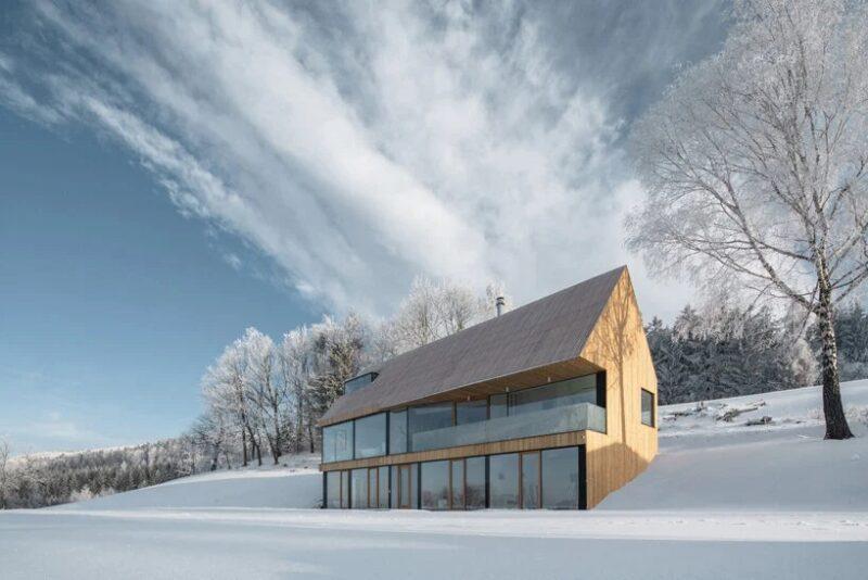 Деревянный дом в заснеженных чешских горах от студии fránek