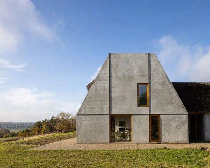 Бетонный датский дом с соломенной крышей от студии NORRØN