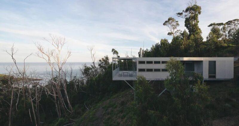 Минималистичный дом выходного дня на склоне холма в Австралии