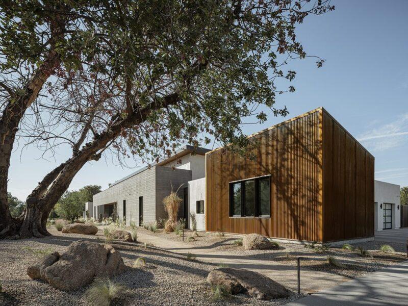 Дизайн дома из бетона, железа и стекла от студии The Ranch Mine