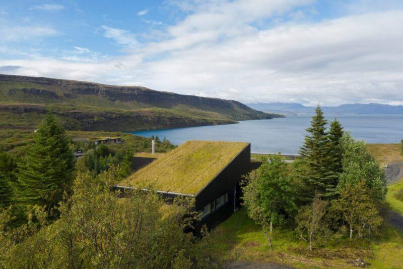 Дом с зеленой крышей в Исландии от студии KRADS