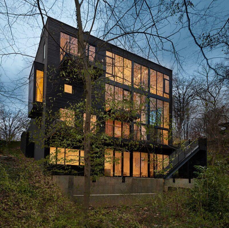 Дизайн дома на склоне с большими окнами