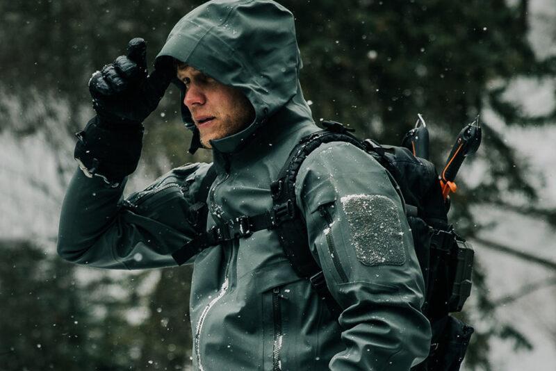12 лучших походных курток от дождя для мужчин