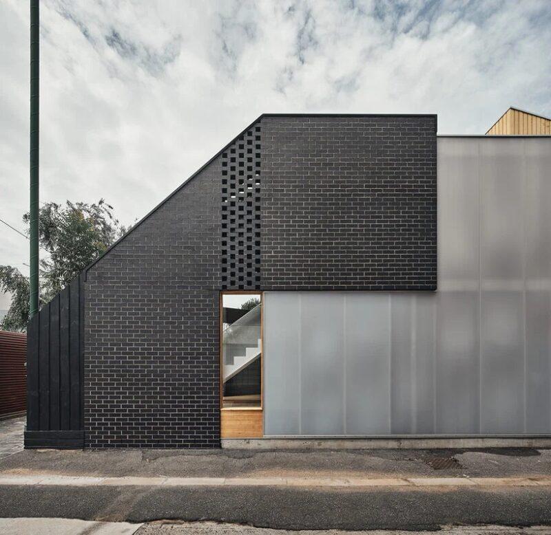 Дом из кирпича и поликарбоната в Мельбурне, спроектированный BLOXAS