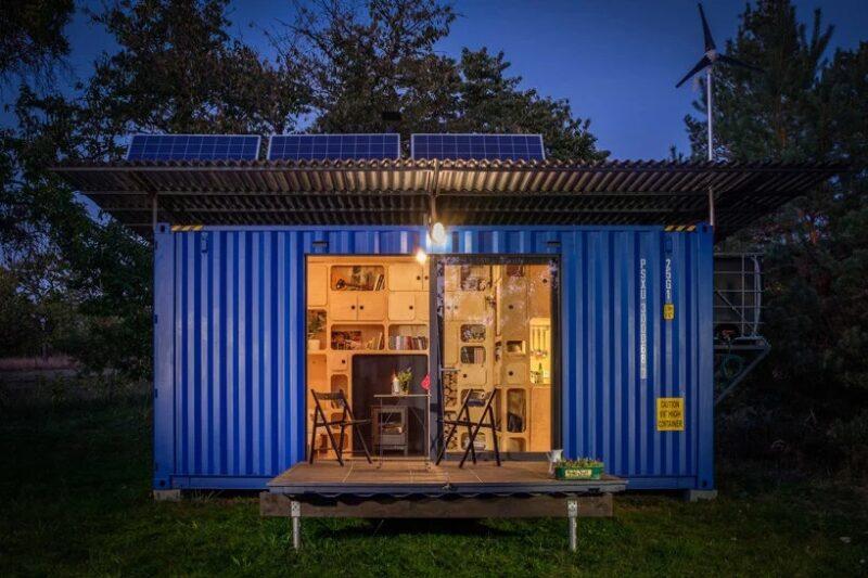 Небольшой дом из переработанного транспортного контейнера