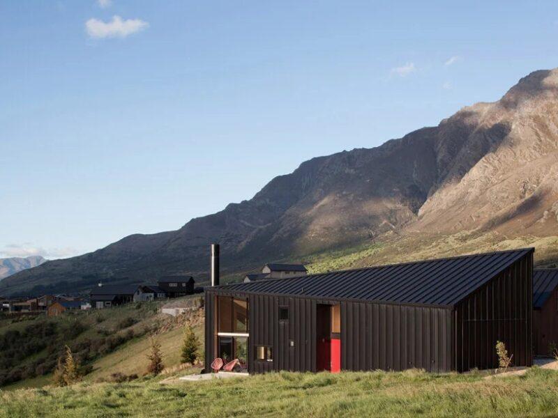 Угловатый черный дом в Новой Зеландии