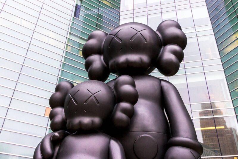 История художника, скульптора и дизайнера KAWS